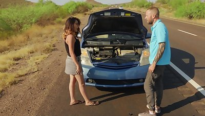 Guy stops to help this babe and ends up fucking her brains out